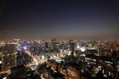 Verlichte gebouwen en wegen in Tokyo bij zonsondergang Stock Fotografie