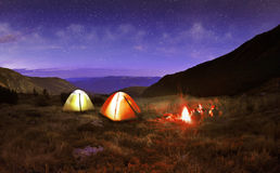 Verlichte gele het kamperen tent Royalty-vrije Stock Foto's