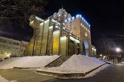 Verlichte Gouden Poorten bij de winternacht Kyiv, de Oekraïne royalty-vrije stock foto's