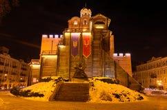 Verlichte Gouden Poorten en Yaroslav het Wijze monument bij de winternacht Kyiv, de Oekraïne royalty-vrije stock foto