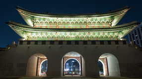 Verlichte Gwanghwamun-Poort in nacht Seoel, Zuid-Korea Stock Foto