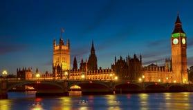 Verlichte Huizen van het Parlement bij schemering Stock Foto