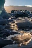 Verlichte ijsbergen in Gletsjerlagune royalty-vrije stock afbeeldingen