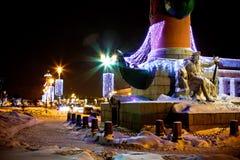 Verlichte kolom met beeldhouwwerk Royalty-vrije Stock Fotografie