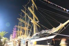 Verlichte lange schepen bij nachthaven royalty-vrije stock fotografie