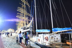 Verlichte lange schepen bij nachthaven Varna Bulgarije stock foto's