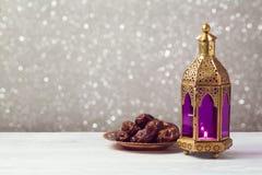 Verlichte lantaarn op houten lijst over bokehachtergrond De viering van de Ramadan kareem vakantie royalty-vrije stock foto's