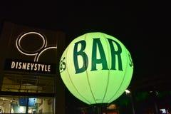 Verlichte lichtgroene barballon bij nacht in het Uitzicht van Meerbuena stock foto's