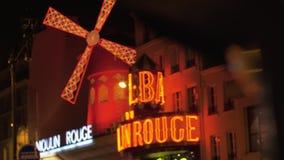 Verlichte Moulin-Rouge in nacht Parijse straat, Frankrijk stock videobeelden