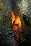 Verlichte Ondergrondse Waterval. Stock Afbeelding