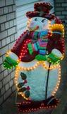 Verlichte sneeuwman in de straat Royalty-vrije Stock Afbeeldingen