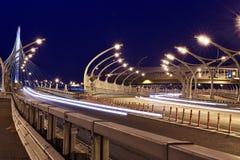 Verlichte snelweg met verkeersmeerpalen en veiligheidsbarrière stock foto's