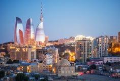 Verlichte Stad bij Zonsondergang Stock Afbeelding