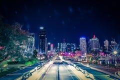 Verlichte stadsstraat in verkeerslijnen stock fotografie