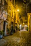 Verlichte straat in Rome bij nacht Stock Afbeelding