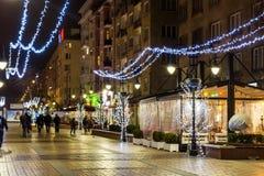 Verlichte straat in Sofia bij nacht stock foto