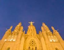 Verlichte Tempel Expiatori del Sagrat Cor, Barcelona, Spanje stock foto's