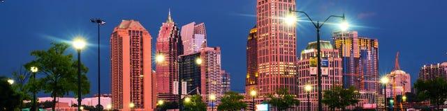 Verlichte Uit het stadscentrum in Atlanta, de V.S. bij nacht Autoverkeer, verlichte gebouwen en donkere hemel royalty-vrije stock foto