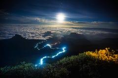 Verlichte weg tot de bovenkant van de berg van Adams Piek stock foto's