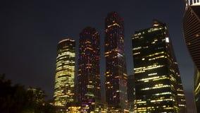 Verlichting van commerciële centrumwolkenkrabbers bij nacht stock footage