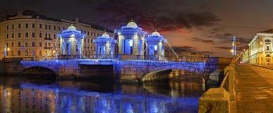 Verlichting van de brug van Lomonosov aan St. Petersburg royalty-vrije stock fotografie