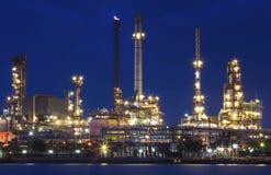 Verlichting van de installatie van de olieraffinaderij in zware industrielandgoed tegen Royalty-vrije Stock Afbeelding