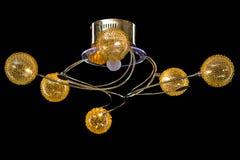Verlichtingsballen op de gouden kroonluchter in de lamplicht, Lampen op de donkere achtergrond Royalty-vrije Stock Afbeelding