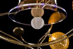 Verlichtingsballen op de gouden kroonluchter in de lamplicht, Lampen op de donkere achtergrond Close-up Stock Foto's