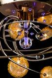 Verlichtingsballen op de gouden kroonluchter in de lamplicht, Lampen op de donkere achtergrond Close-up Royalty-vrije Stock Foto's