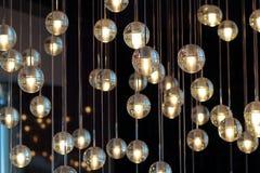 Verlichtingsballen op de kroonluchter in de lamplicht Royalty-vrije Stock Foto's