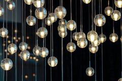 Verlichtingsballen op de kroonluchter in de lamplicht, gloeilampen die van het plafond, lampen op de donkere selectieve achtergro Stock Foto's
