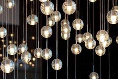 Verlichtingsballen op de kroonluchter in de lamplicht, gloeilampen die van het plafond, lampen op de donkere selectieve achtergro Stock Fotografie
