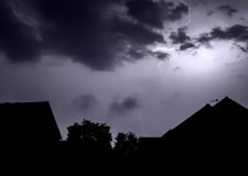 Verlichtingsbout over huizen Stock Afbeelding