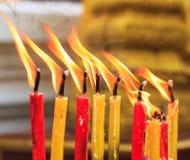 Verlichtingskaars van de gebeden bij de tempel Royalty-vrije Stock Afbeelding