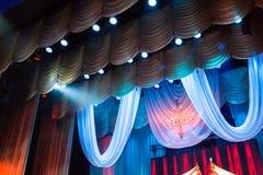 Verlichtingsmateriaal en landschap in het theater op stadium stock foto