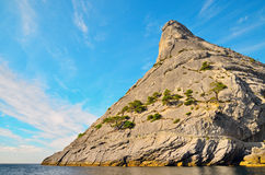 Verließ den Vulkan, den felsigen Berg auf der Küste Schwarzen Meers, Krim, Novy Svet Lizenzfreies Stockfoto