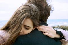 Verliebte Frau, die den Freund glücklich umarmt Lizenzfreie Stockfotografie