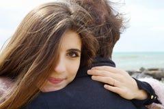 Verliebte Frau, die glückliche schauende Kamera des Freundes umarmt Lizenzfreie Stockfotos