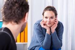 Verliebte Frau, die Mann betrachtet Lizenzfreie Stockbilder