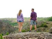 Verliebte Paare auf einem natürlichen Hintergrund Stilvoller, zufälliger Freund und Freundin in der Natur Romance Konzept Kopiere Stockfotografie