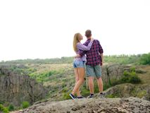 Verliebte Paare auf einem natürlichen Hintergrund Stilvoller, zufälliger Freund und Freundin in der Natur Romance Konzept Kopiere Stockfotos