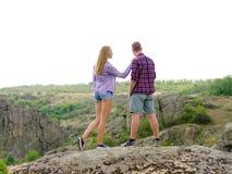 Verliebte Paare auf einem natürlichen Hintergrund Stilvoller, zufälliger Freund und Freundin in der Natur Romance Konzept Kopiere Lizenzfreie Stockfotografie