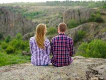 Verliebte Paare, die in der Natur sich entspannen Zufälliger Mann und Frau auf einem natürlichen Hintergrund Reisendes Konzept de Stockfoto