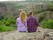 Verliebte Paare, die in der Natur sich entspannen Zufälliger Mann und Frau auf einem natürlichen Hintergrund Reisendes Konzept de Lizenzfreies Stockfoto