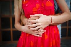 Verliebtes Händchenhalten und Umarmen der jungen Leute Lizenzfreie Stockfotografie