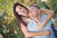 Verliebtes Mischrasse-Paar-Porträt im Park Lizenzfreie Stockfotografie