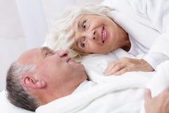 Verliefd hoger paar in bed stock afbeelding