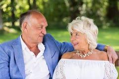 Verliefd hoger paar in park royalty-vrije stock foto's