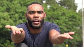 Verlierender afrikanischer erwachsener Mann stock footage