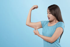 Verlierender Muskel der jungen asiatischen Frau auf ihrem Arm Stockfoto